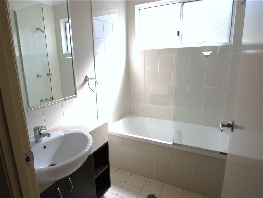 Harcourts Coomera - main bathroom
