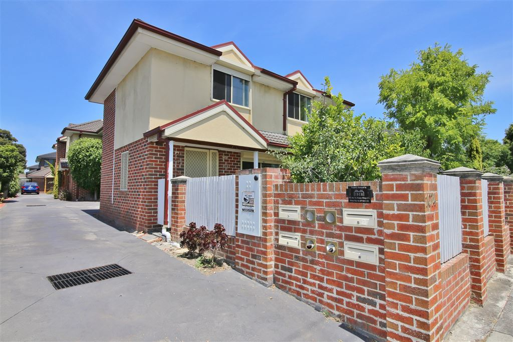 Spacious Townhouse in Convenient Location!