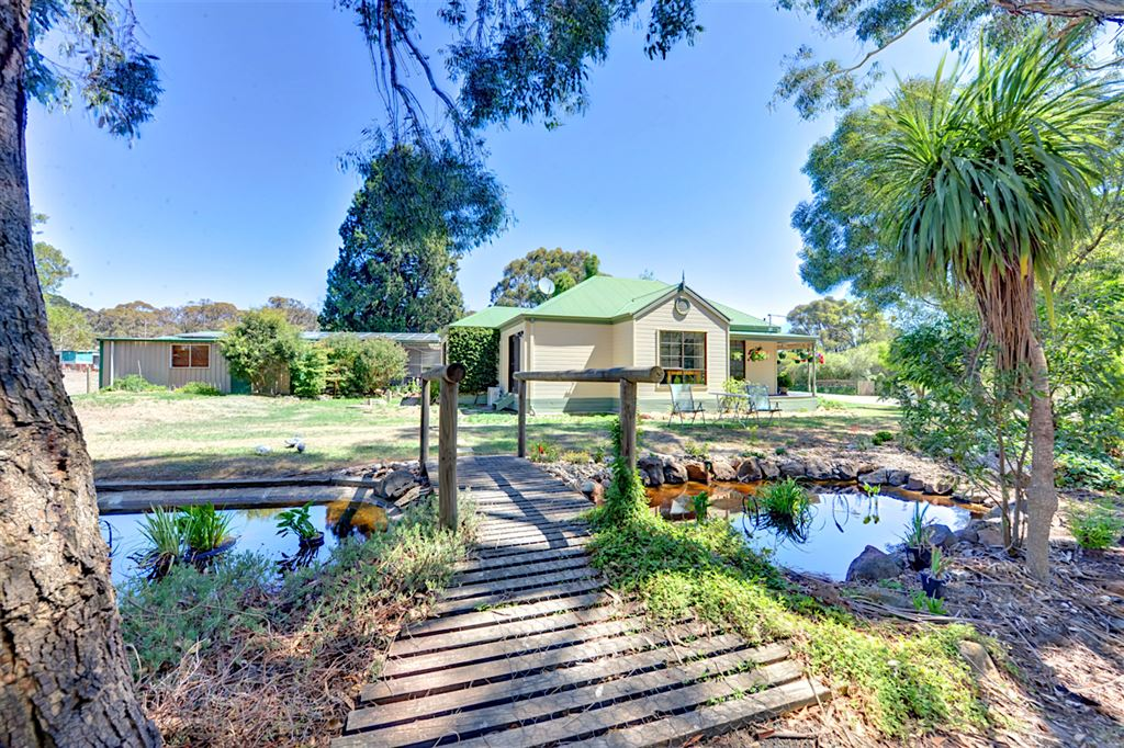 Charming Home Overlooking Pretty Gardens & St Georges Lake