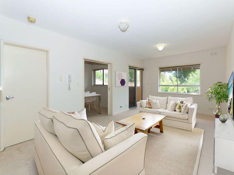 Spacious Apartment Living - Convenient Location!