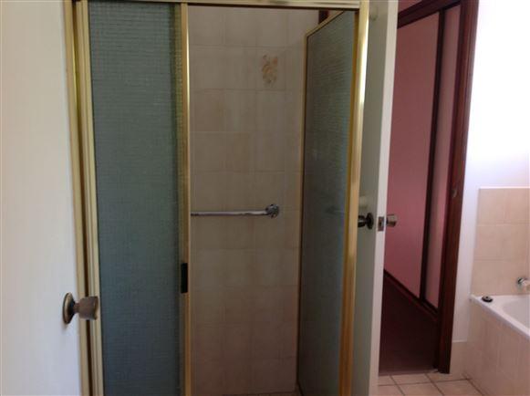 Separate shower recess