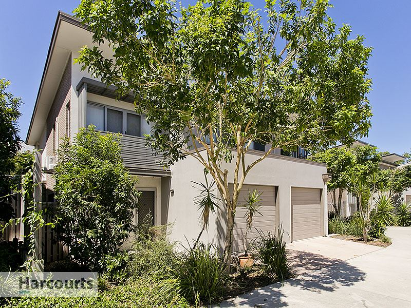 Low maintenance townhouse with the park at your doorstep
