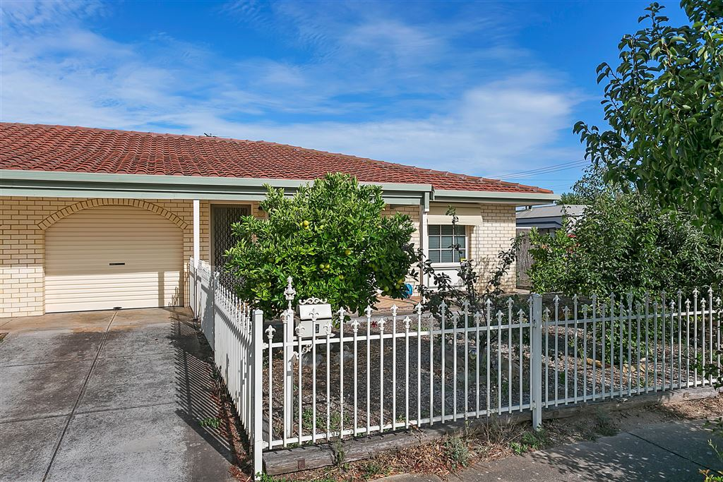 Walking distance to the Beach + Semaphore Road!