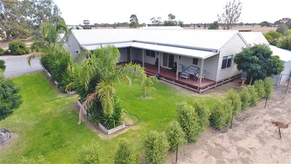 Great lifestyle on 9.88 acres only 5 mins to CBD
