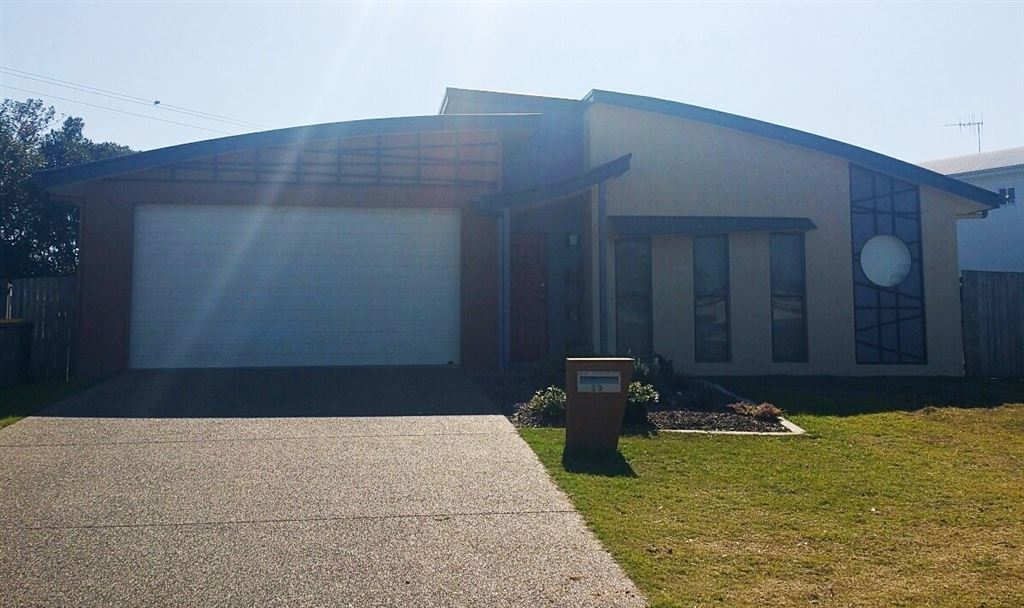 Modern 4 Bedroom Home, Walk to Toogoom Beach