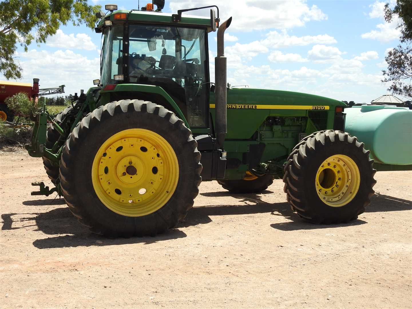 JD8100-3 m spacing,18.4R42 rear tyres, 16.9R2Efront tyres, 1500l nose tank;  9029Hrs, Trimble auto steer