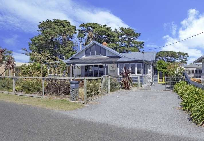 Beachside Cottage on 1306m2!