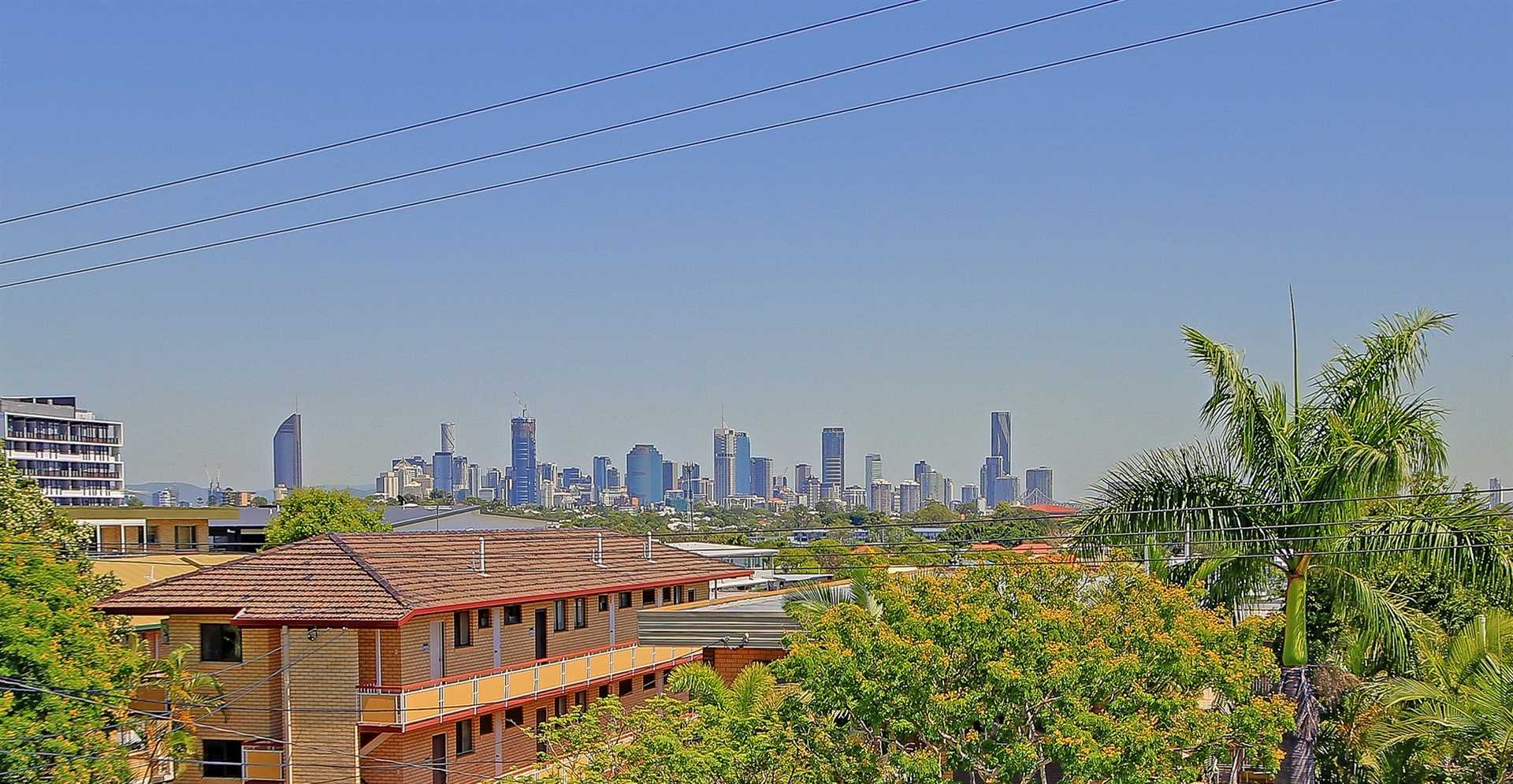 Cracking Views! In the Heart of It all! Move Straight In!