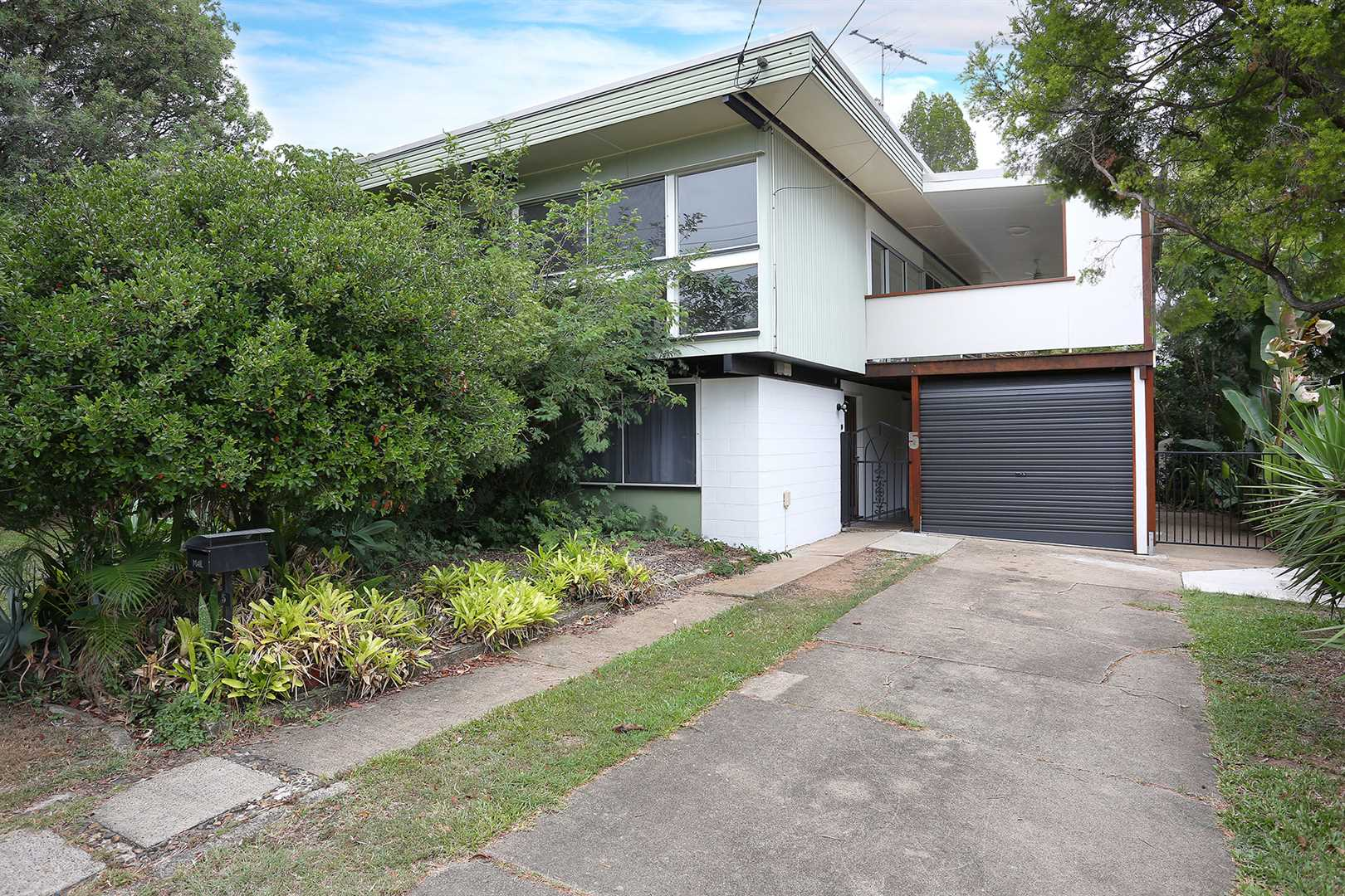 GEEBUNG - Large family home 3 bedrooms 2 living areas