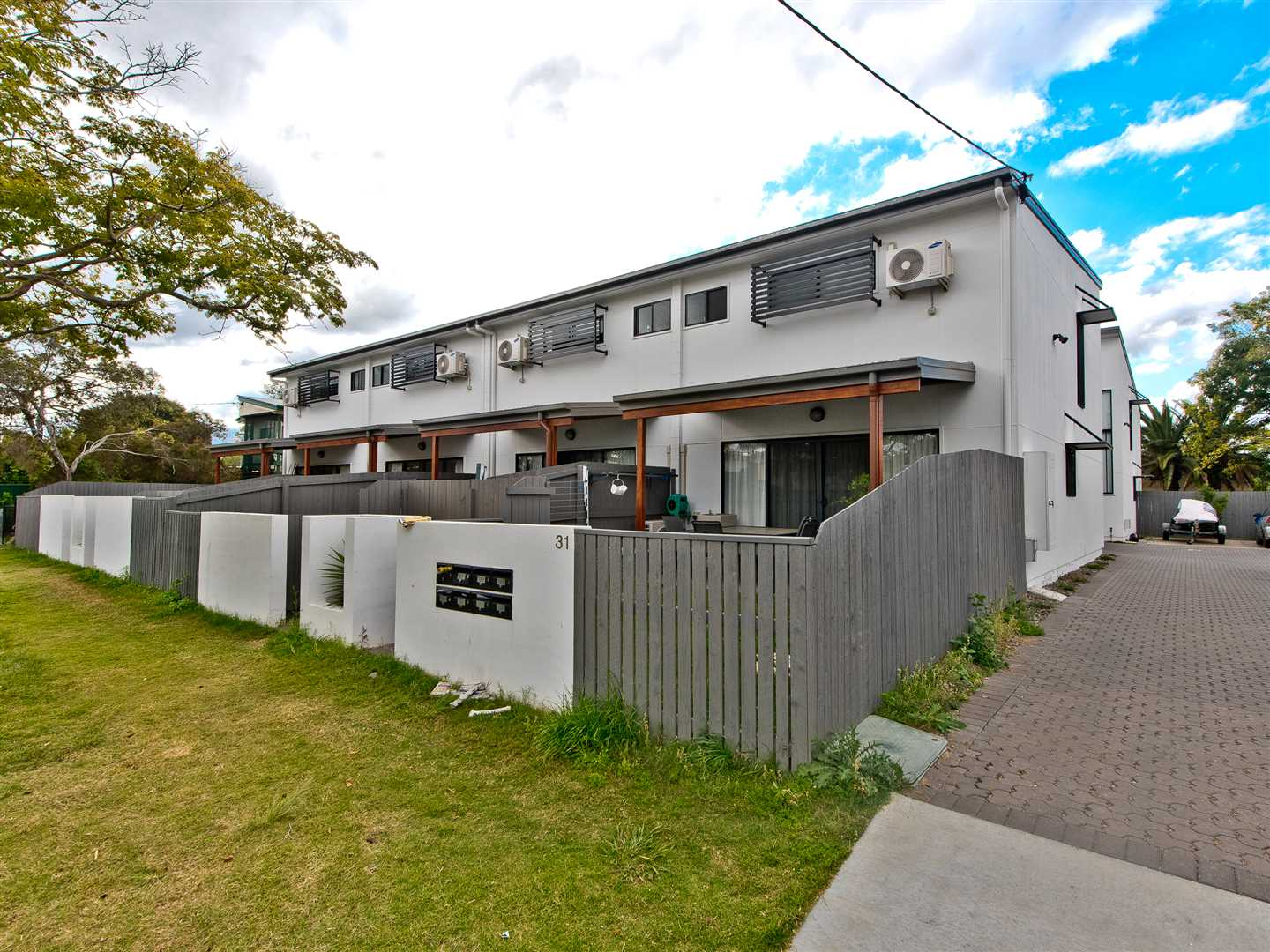 Modern 3 Bed Townhouse  - Close To It All *