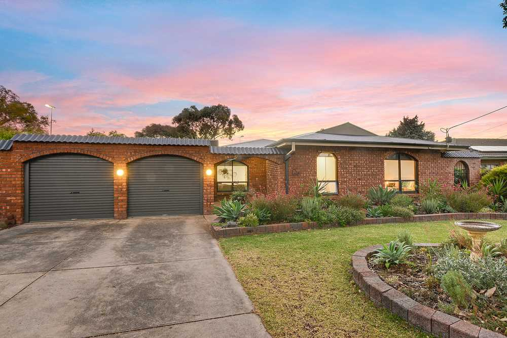 Big Family Living in Flagstaff Hill's Most Popular Street!