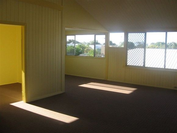 Walk to beach & cafes - Electricity included in rent!