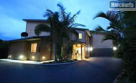 Spacious & Private-Modern 4 Bedroom Double-living!
