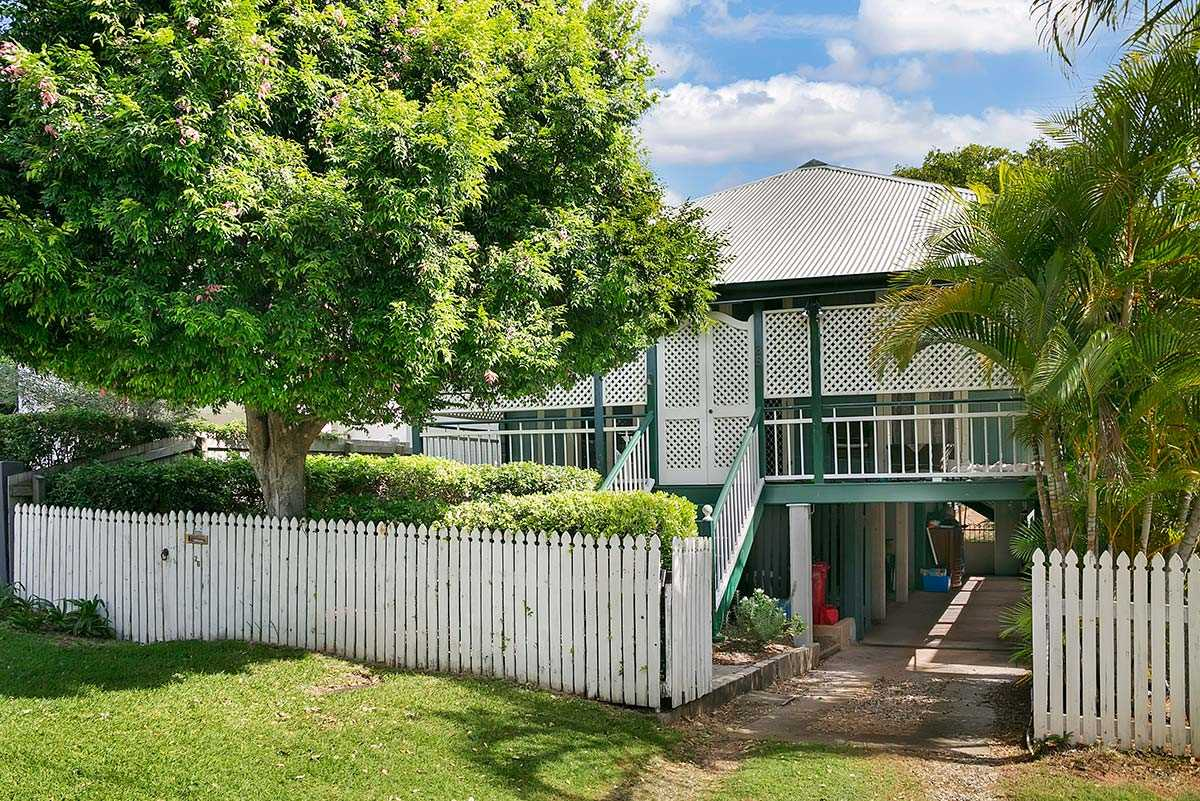 Cottage Queenslander In Premium Street