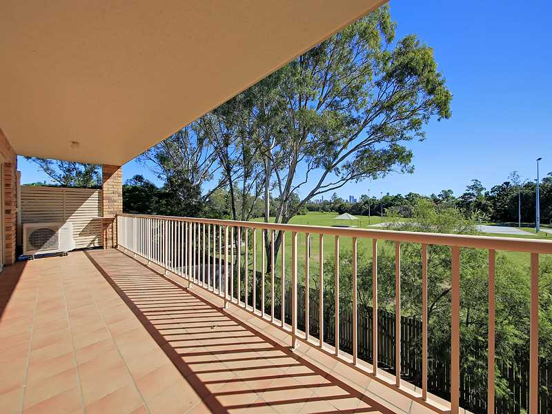 Overlooking Parkland and facing North East - enjoy sitting in the sun?
