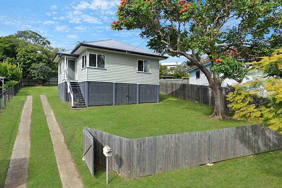 Perfectly Positioned on an Elevated 923sqm Block