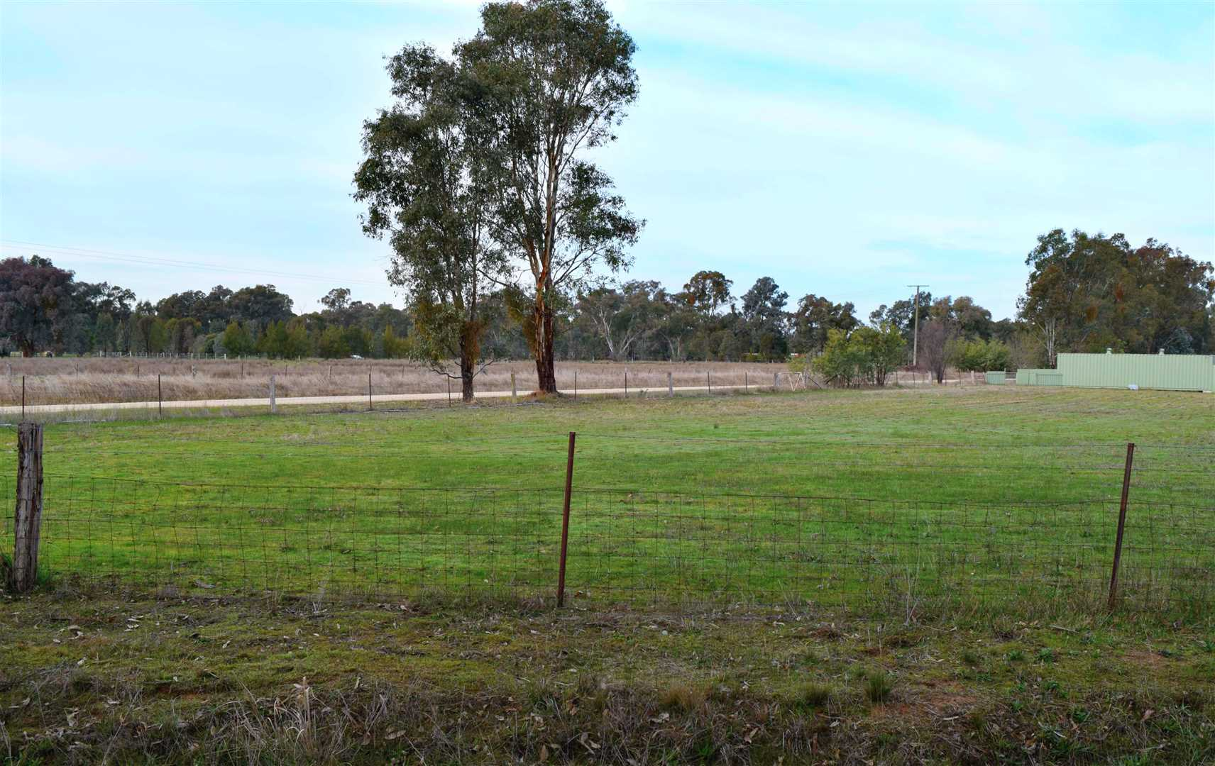 Land 1.5 approx acres.....  20 Minutes to Wodonga
