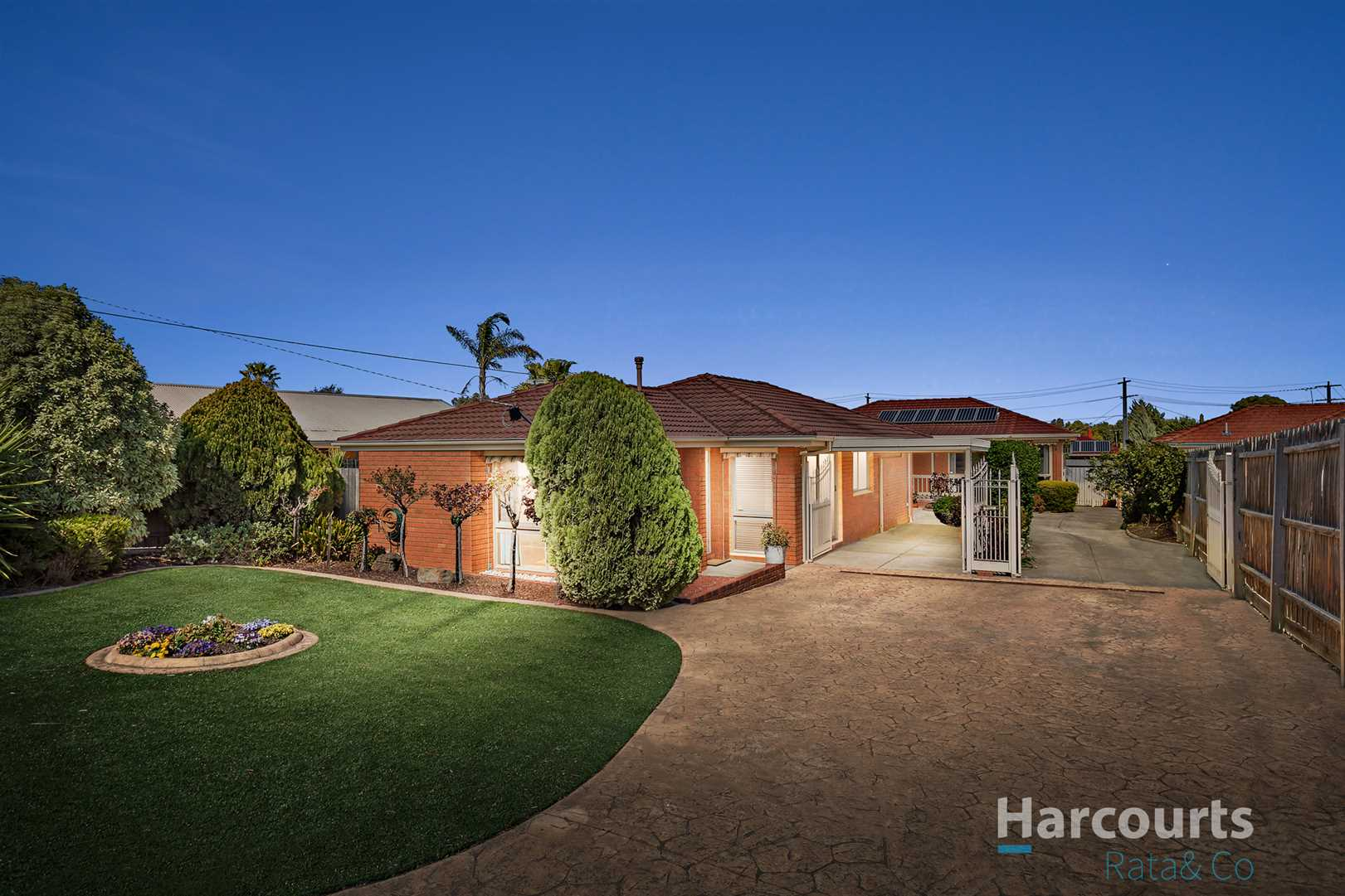 Large low maintenance living in a desirable location!