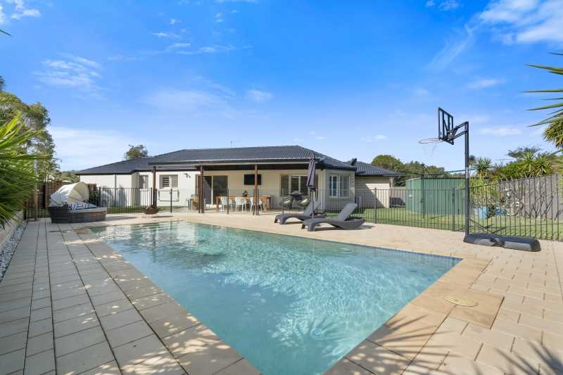 Magnificent Family Home/Pool and Side Access !!!!