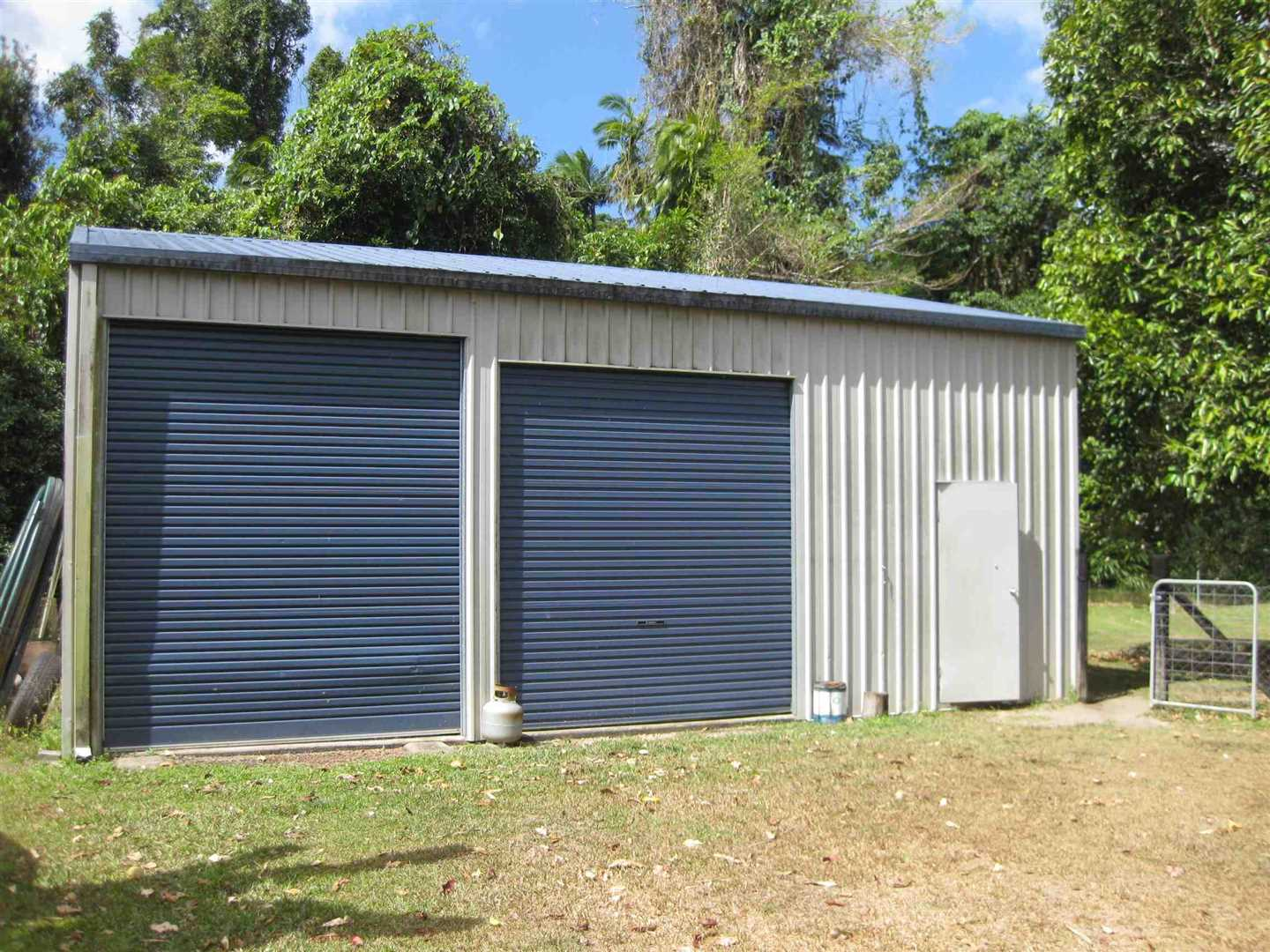 View of part of lockable shed with three bays, photo 1