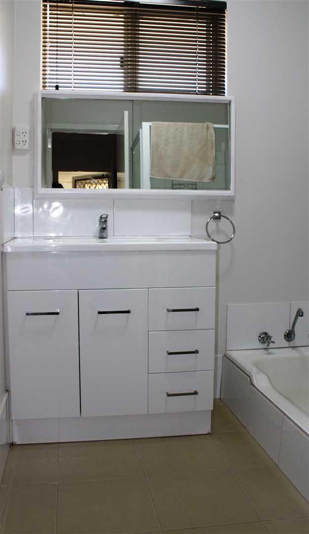 Main bathroom, with shower and bath