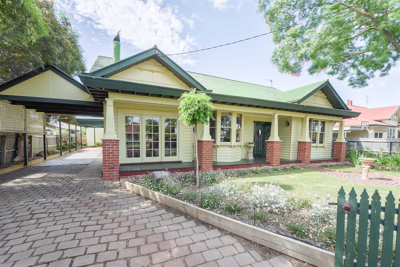 Family Home in Popular Leafy Street