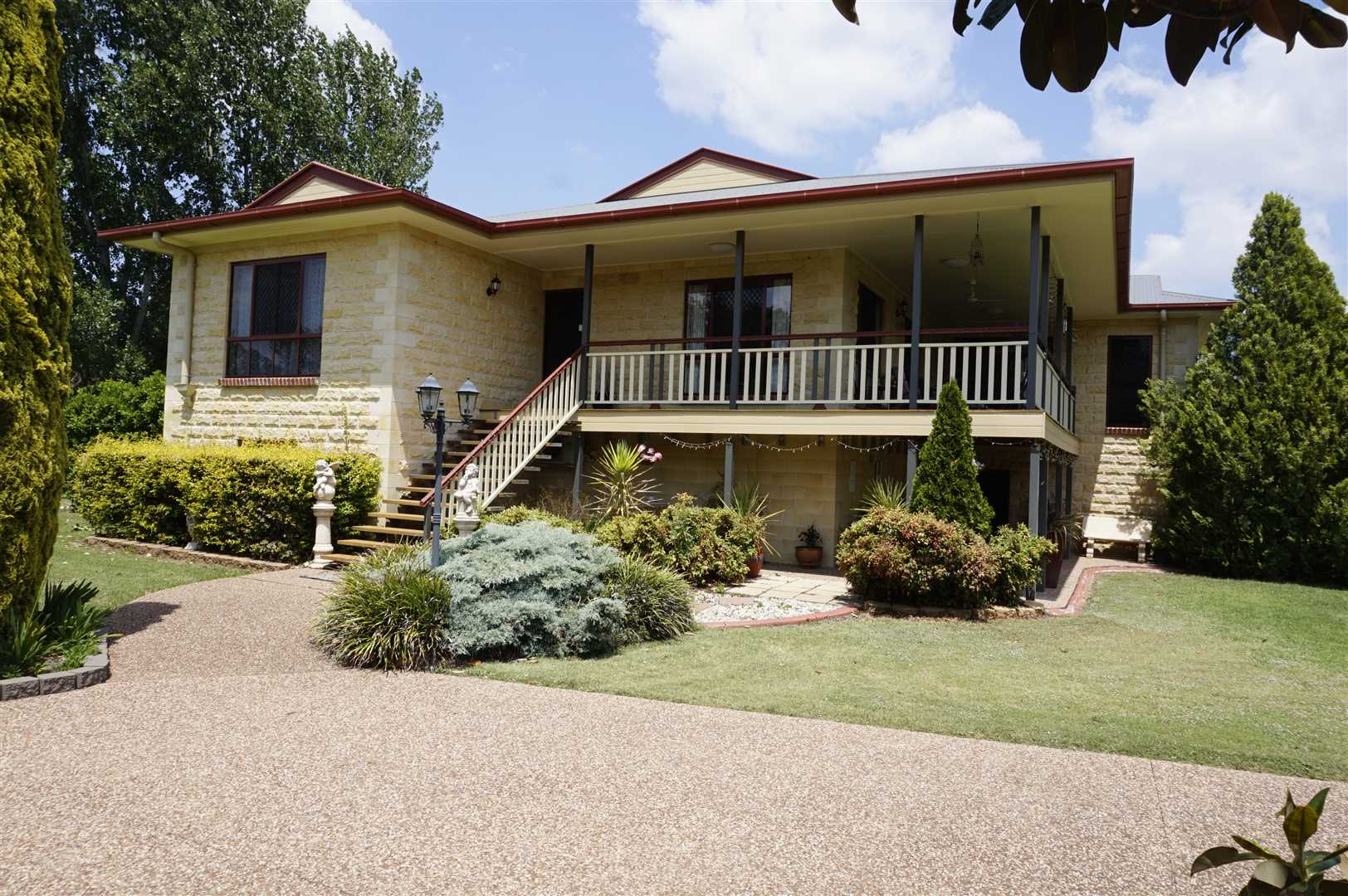 Manicured Gardens & Comfortable Large Bed and Breakfast