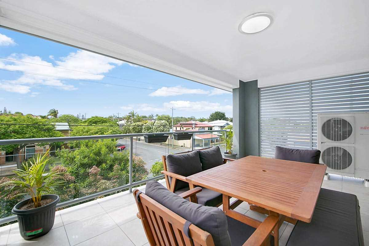 Beautifully Appointed Top Floor Unit With Breezes!