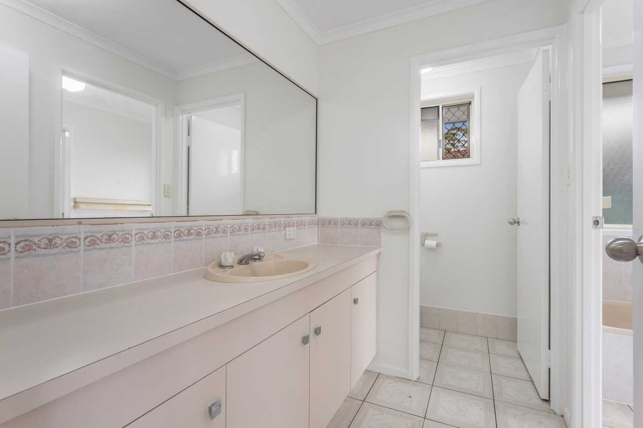 Two-way Bathroom - Plunge Bath and Separate Shower, Separate Toilet and Separate Vanity