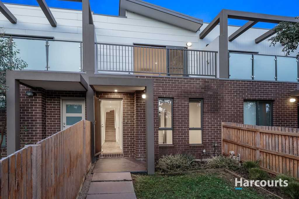 Immaculate Townhouse in Desirable Location