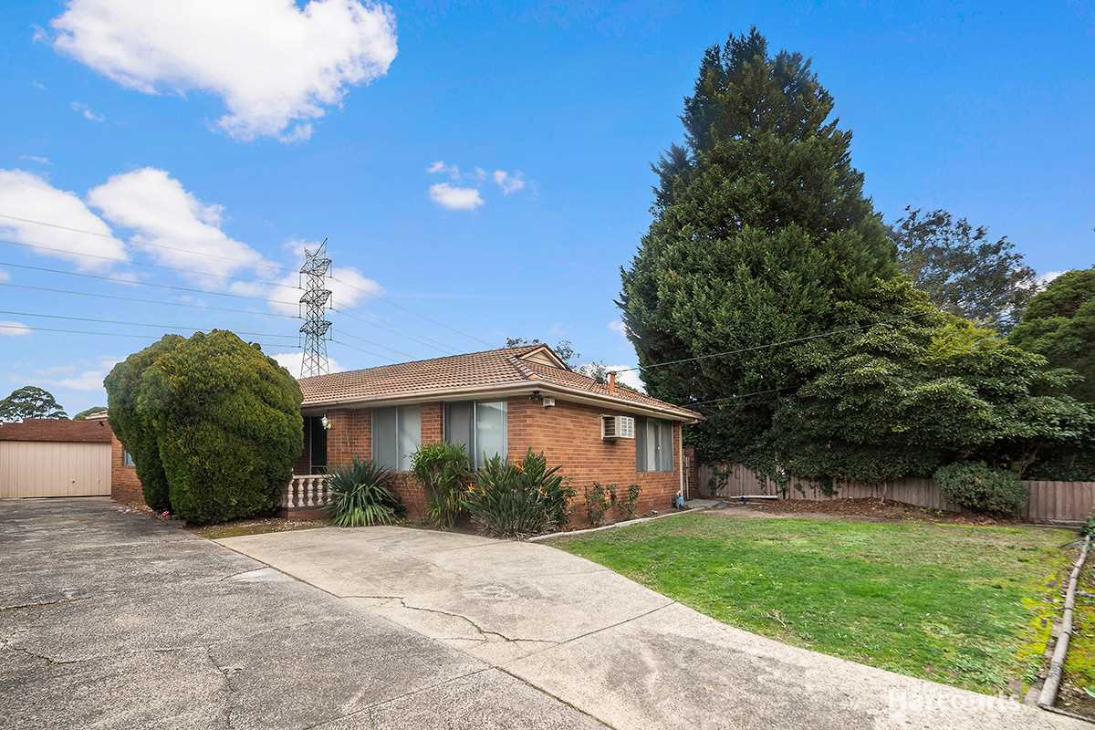 Spacious Family Home, Walk to Reserve and School