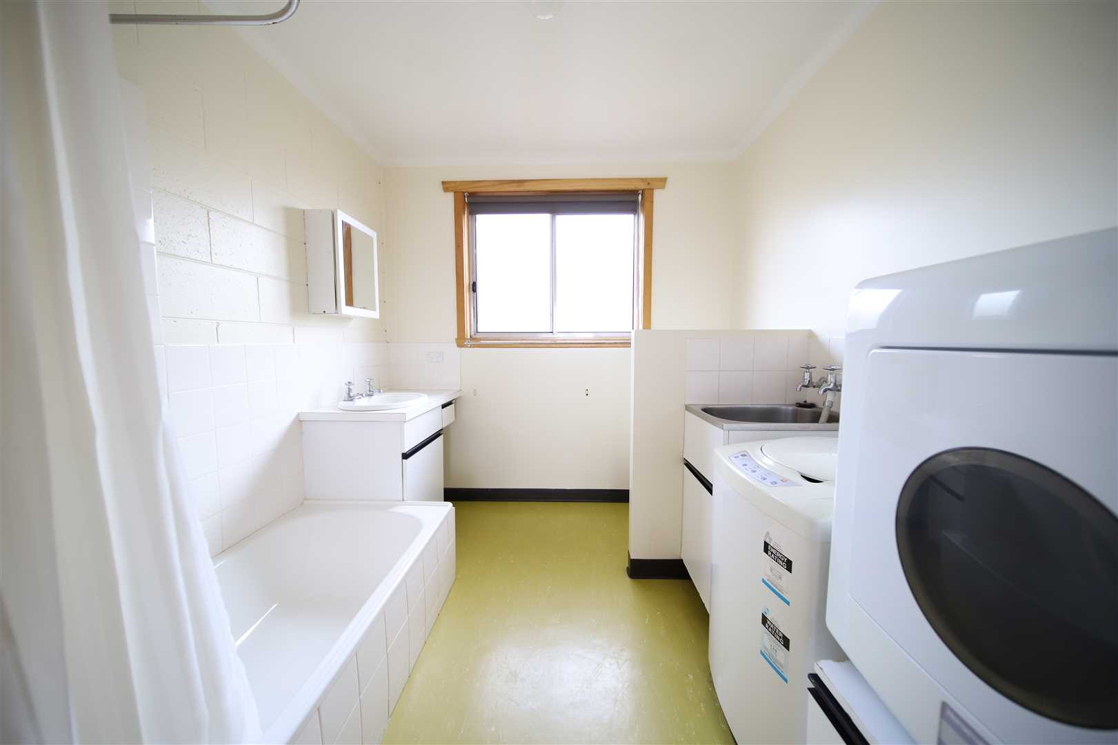 Bathroom/Laundry Unit 1